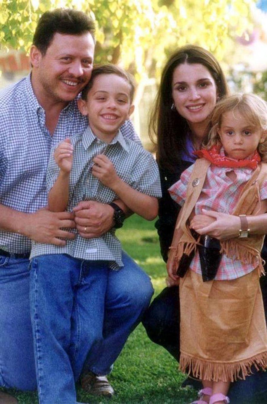 Le prince Hussein avec ses parents et sa soeur Iman, le 28 juillet 2000