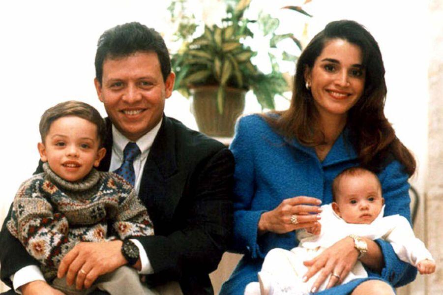 Le prince Hussein avec ses parents et sa soeur Iman (photo non datée)