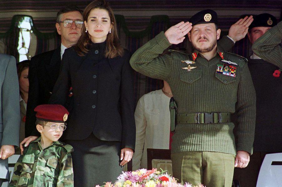 Le prince Hussein avec ses parents, le 14 novembre 1999