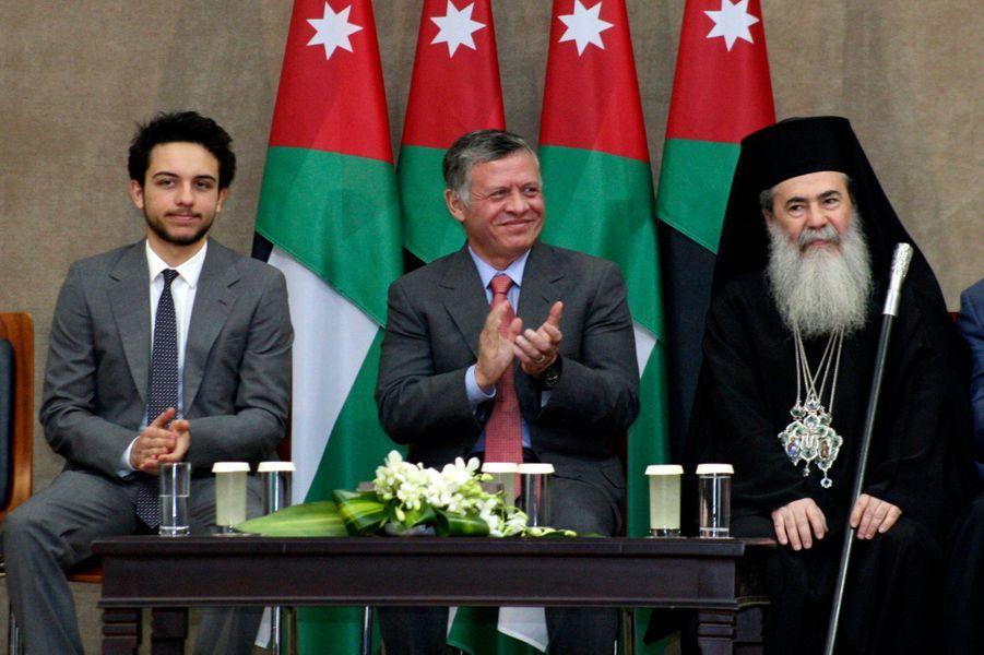 Le prince Hussein avec son père et le patriarche grec Theophilos III de Jérusalem, le 23 décembre 2013