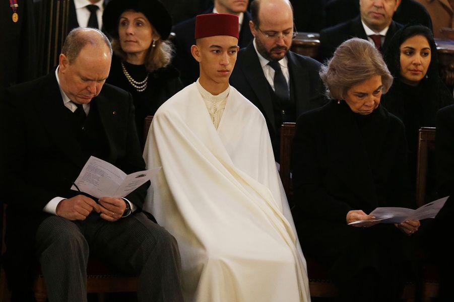 Le prince Moulay El Hassan du Maroc, entre le prince Albert II de Monaco et l'ex-reine Sofia d'Espagne, à Dreux le 2 février 2019