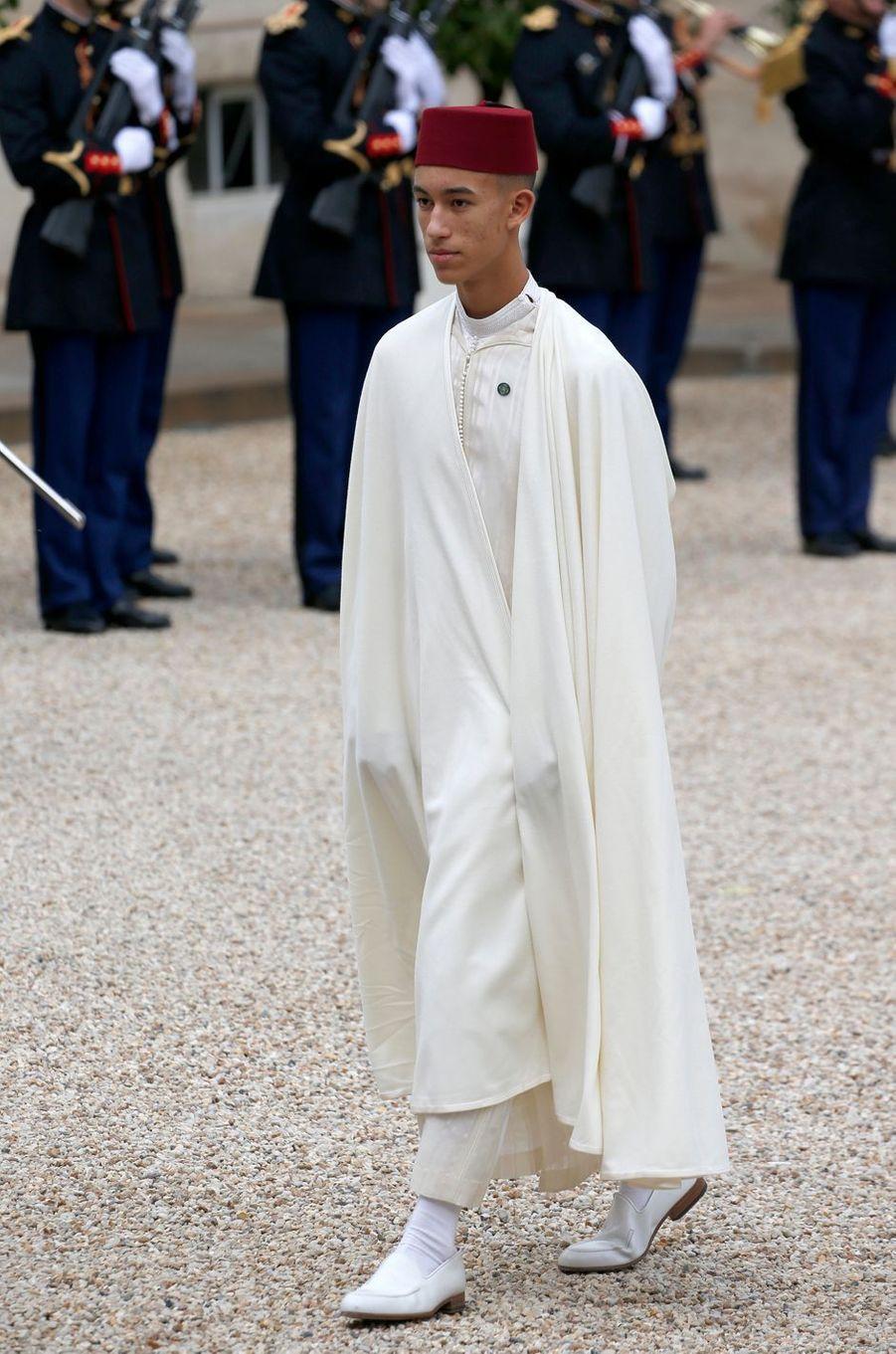 Le prince Moulay El Hassan du Maroc dans la cour du Palais de l'Elysée à Paris, le 30 septembre 2019