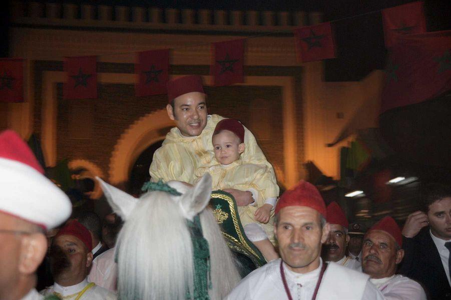 Le prince Moulay El Hassan du Maroc avec son père le roi Mohammed VI, le 14 avril 2005