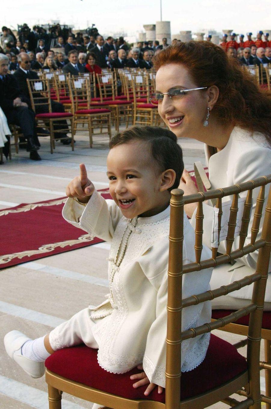 Le prince Moulay El Hassan du Maroc avec sa mère la princesse Lalla Salma, le 16 novembre 2005