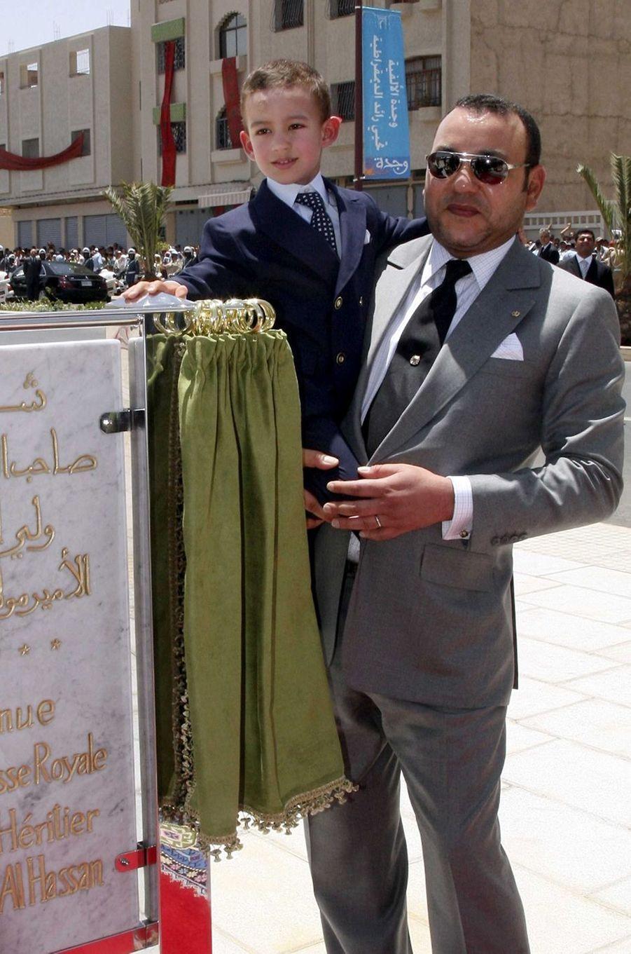 Le prince Moulay El Hassan du Maroc avec son père le roi Mohammed VI, le 4 juillet 2007