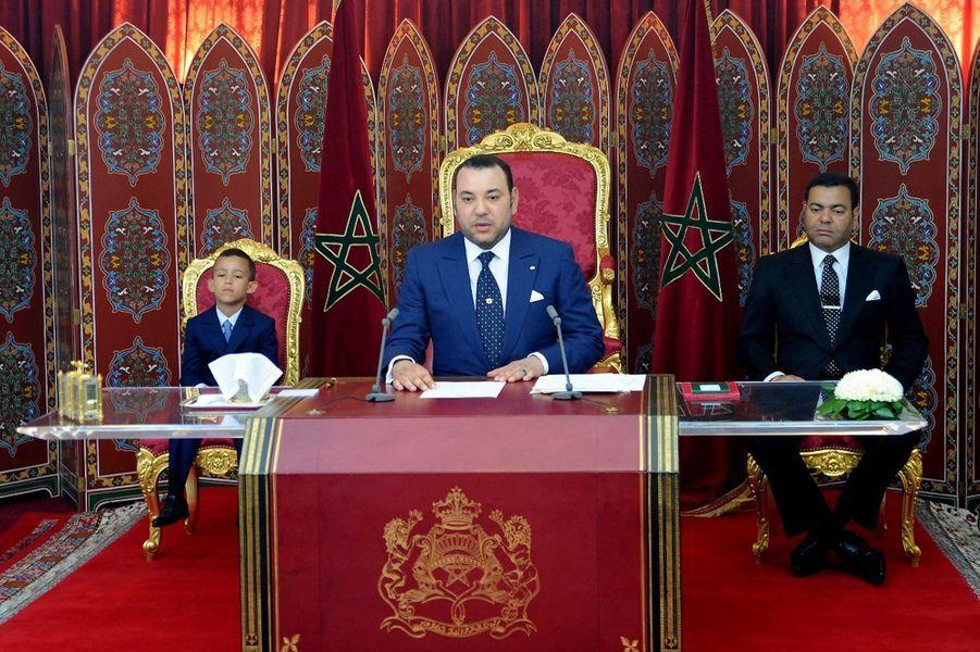 Le prince Moulay El Hassan du Maroc avec son père le roi Mohammed VI et son oncle le prince Moulay Rachid, le 29 juillet 2009