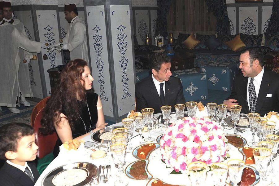 Le prince Moulay El Hassan du Maroc avec ses parents et Nicolas Sarkozy, le 27 décembre 2009