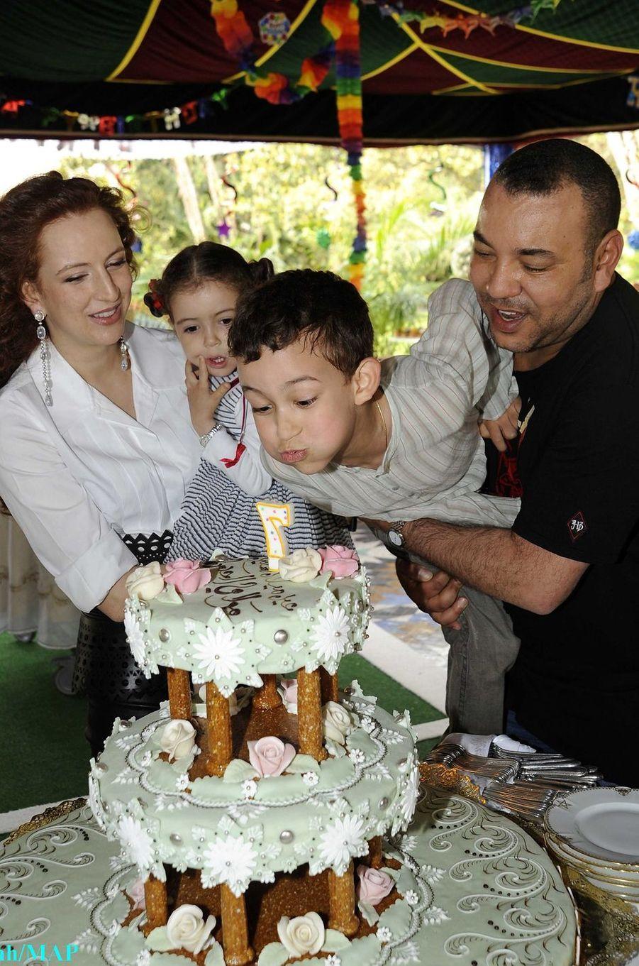 Le prince Moulay El Hassan du Maroc avec ses parents et sa petite soeur, le 8 mai 2010