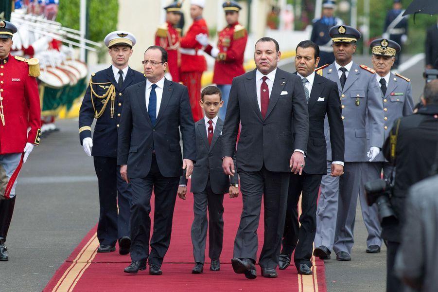 Le prince Moulay El Hassan du Maroc avec son père le roi Mohammed VI et François Hollande, le 4 avril 2013