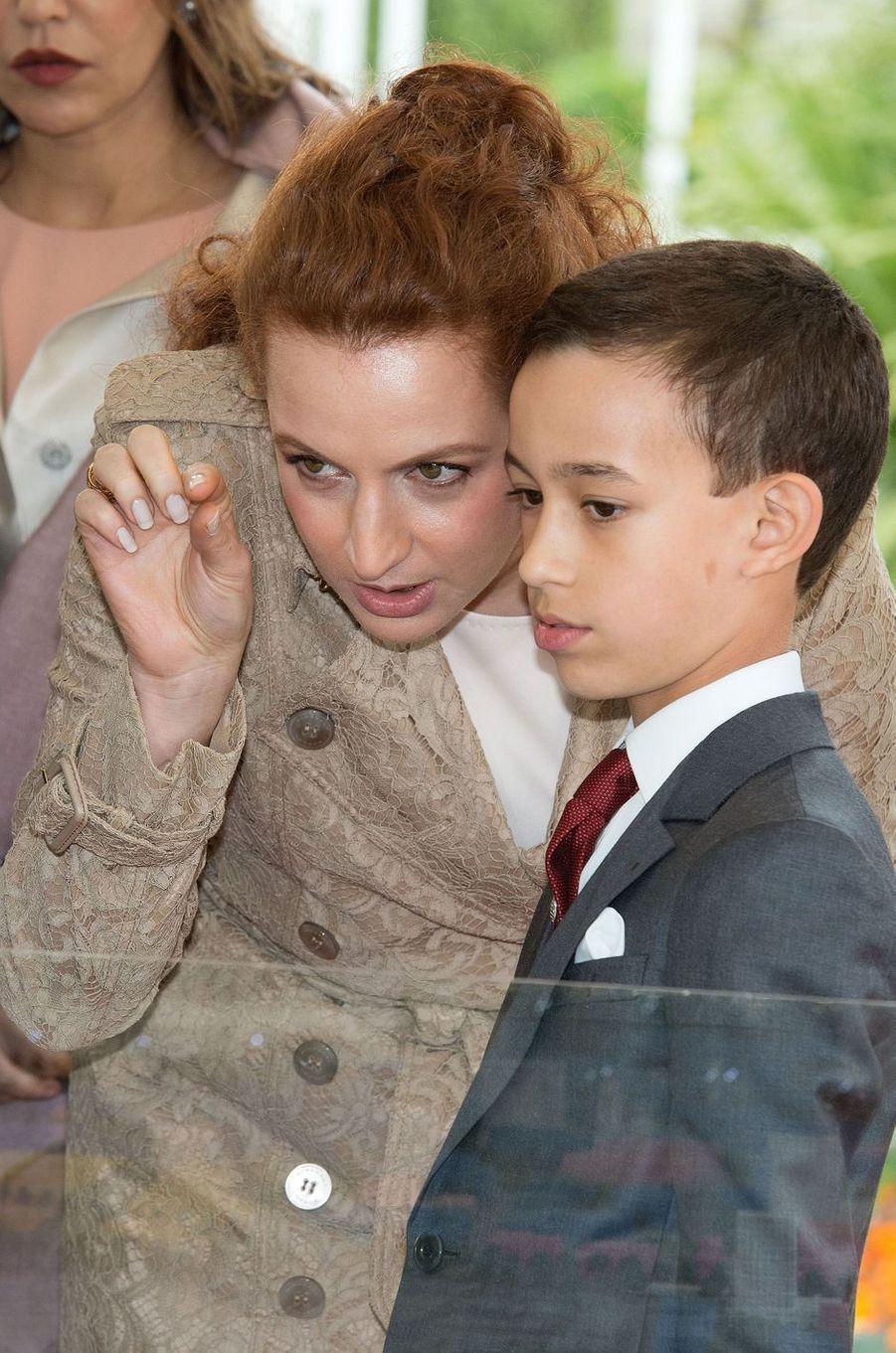Le prince Moulay El Hassan du Maroc avec sa mère la princesse Lalla Salma, le 4 mars 2013