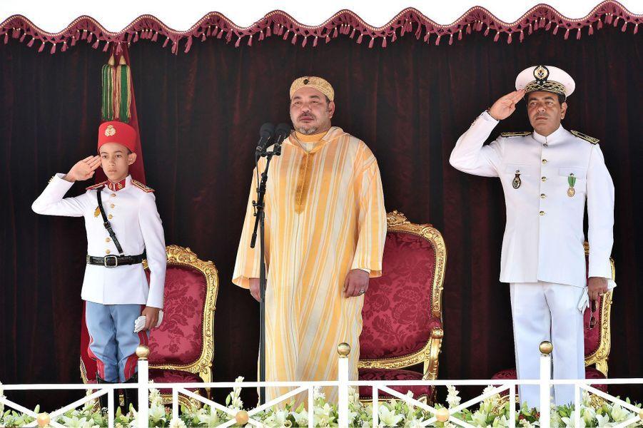 Le prince Moulay El Hassan du Maroc avec son père le roi Mohammed VI et son oncle le prince Moulay Rachid, le 2 août 2015