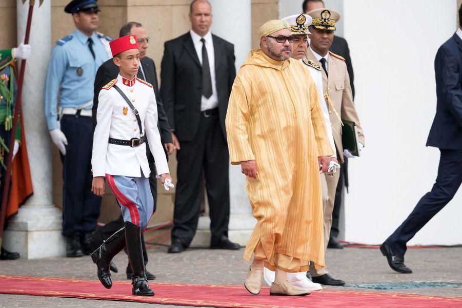 Le prince Moulay El Hassan du Maroc avec son père le roi Mohammed VI, le 31 juillet 2016