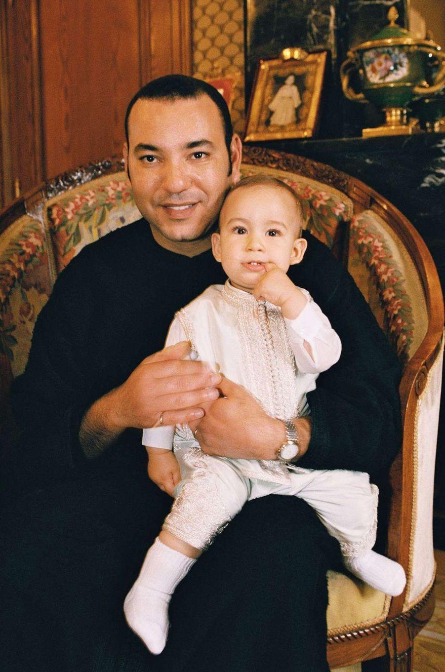 Le prince Moulay El Hassan du Maroc avec son père le roi Mohammed VI, le 7 mai 2004