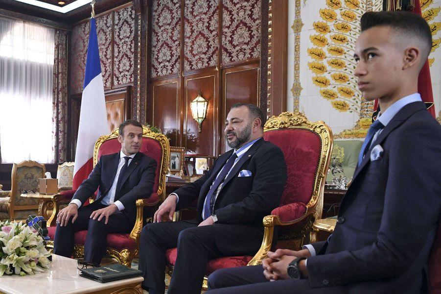 Le prince Moulay El Hassan du Maroc avec son père le roi Mohammed VI et Emmanuel Macron le 14 juin 2017