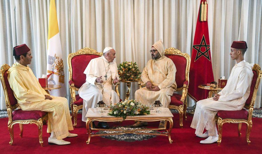 Le prince Moulay El Hassan du Maroc avec son père, son oncle et le pape François à Rabat, le 30 mars 2019