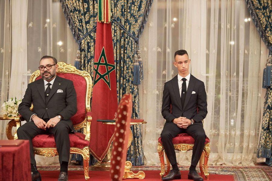 Le prince Moulay El Hassan du Maroc avec son père le roi Mohammed VI à Rabat, le 13 février 2019