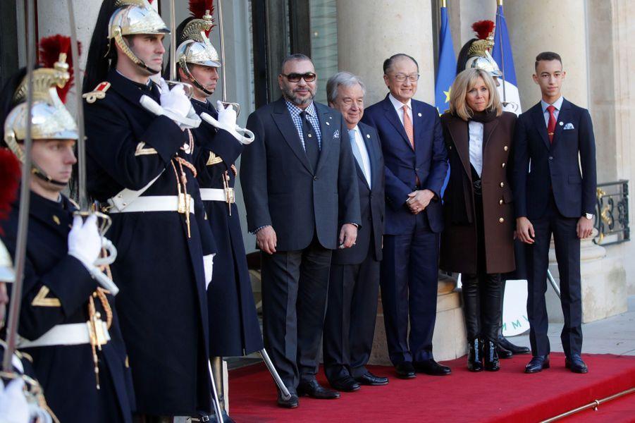Le prince Moulay El Hassan et le roi Mohammed VI du Maroc avec Emmanuel et Brigitte Macron, Jim Yong Kim et Antonio Guterres, à Paris le 12 décembre 2017