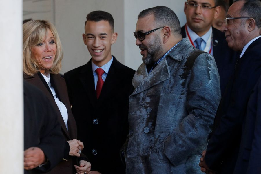 Le prince Moulay El Hassan et le roi Mohammed VI du Maroc avec Brigitte Macron à Paris, le 12 décembre 2017