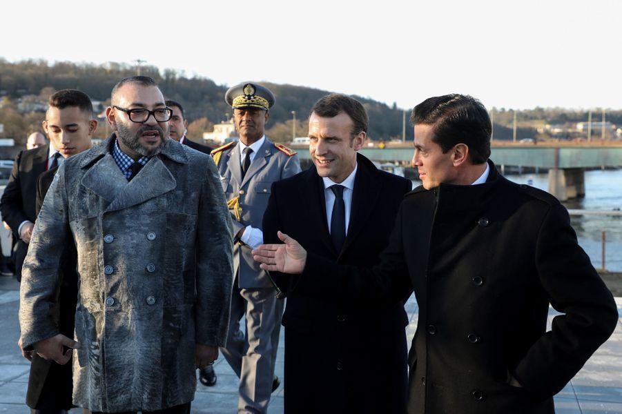 Le prince Moulay El Hassan et le roi Mohammed VI du Maroc avec Emmanuel Macron etEnrique Pena Nieto à Paris, le 12 décembre 2017