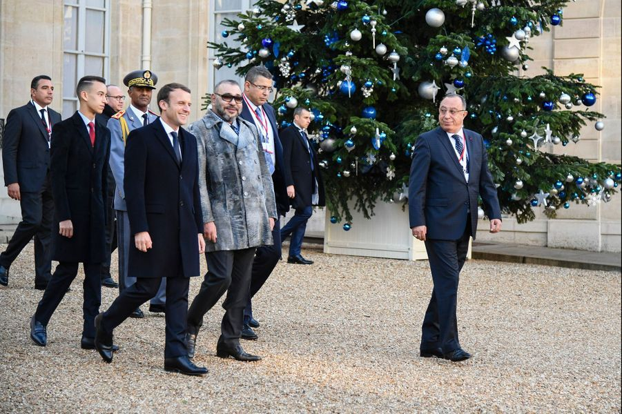 Le prince Moulay El Hassan et le roi Mohammed VI du Maroc avec Emmanuel Macron à Paris, le 12 décembre 2017