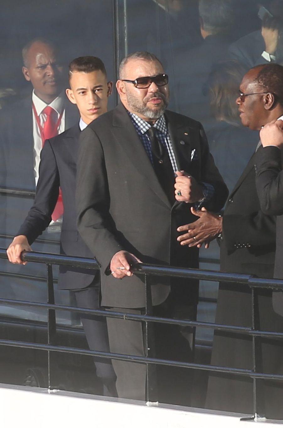 Le prince Moulay El Hassan et le roi Mohammed VI du Maroc à Paris, le 12 décembre 2017