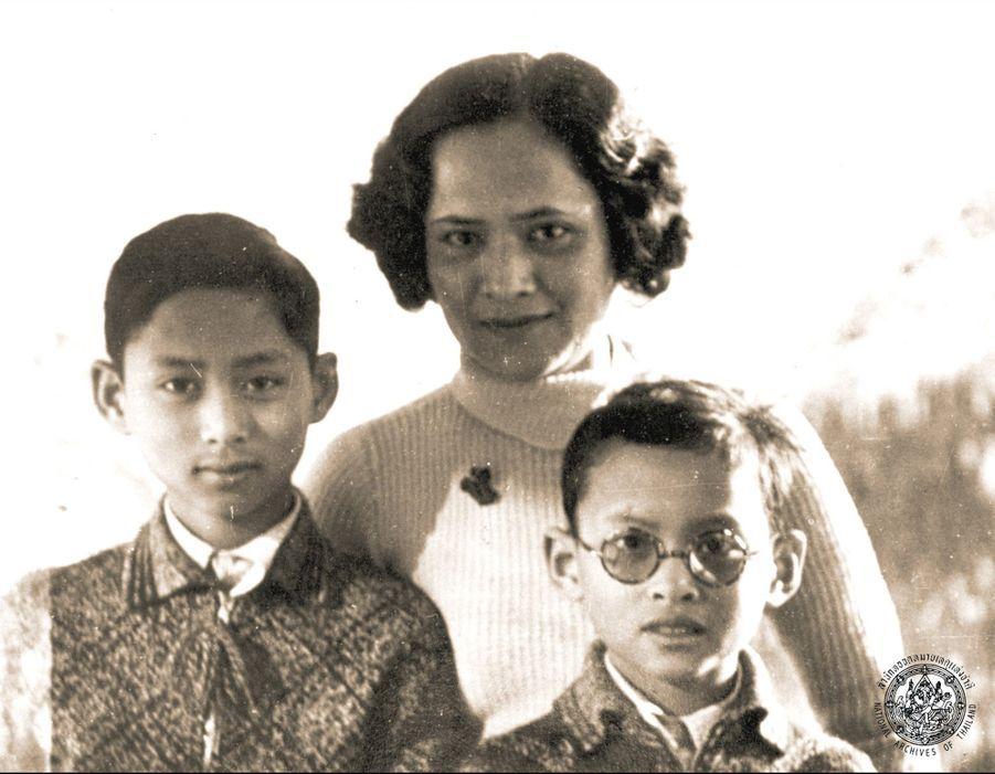 Le roi Bhumibol de Thaïlande avec sa mère Sangwal et son frère Ananda, en Suisse en 1937.