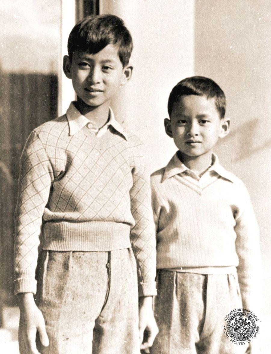 Le roi Bhumibol de Thaïlande avec son grand frère Ananda, en Suisse en 1937.