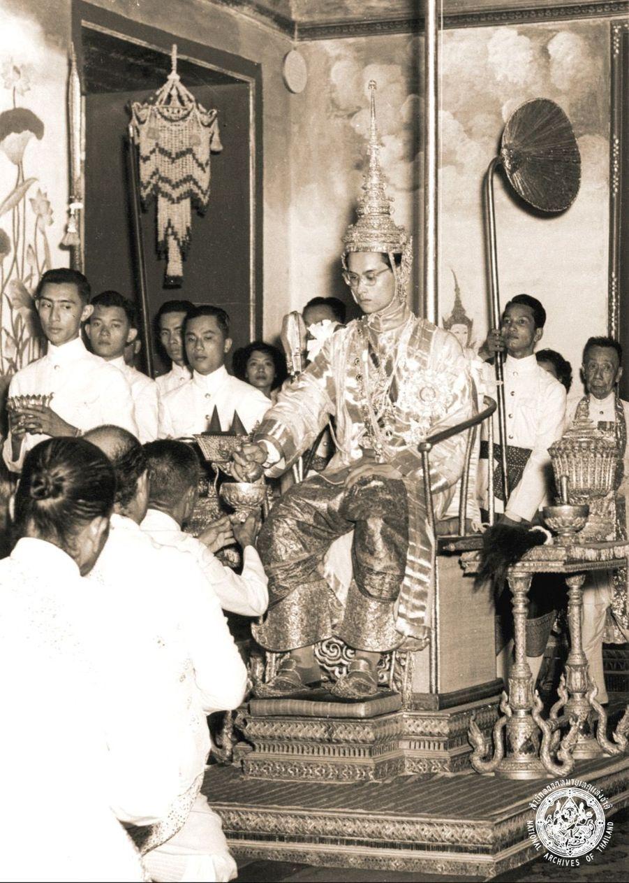Le roi Bhumibol de Thaïlande, lors de la cérémonie de son couronnement, le 5 mai 1950