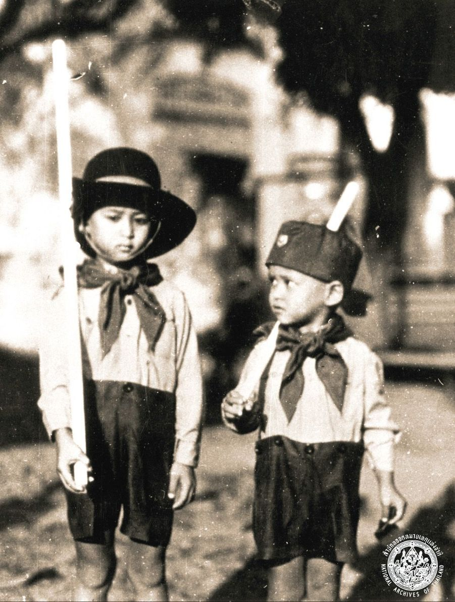 Le roi Bhumibol de Thaïlande avec son grand frère Ananda.