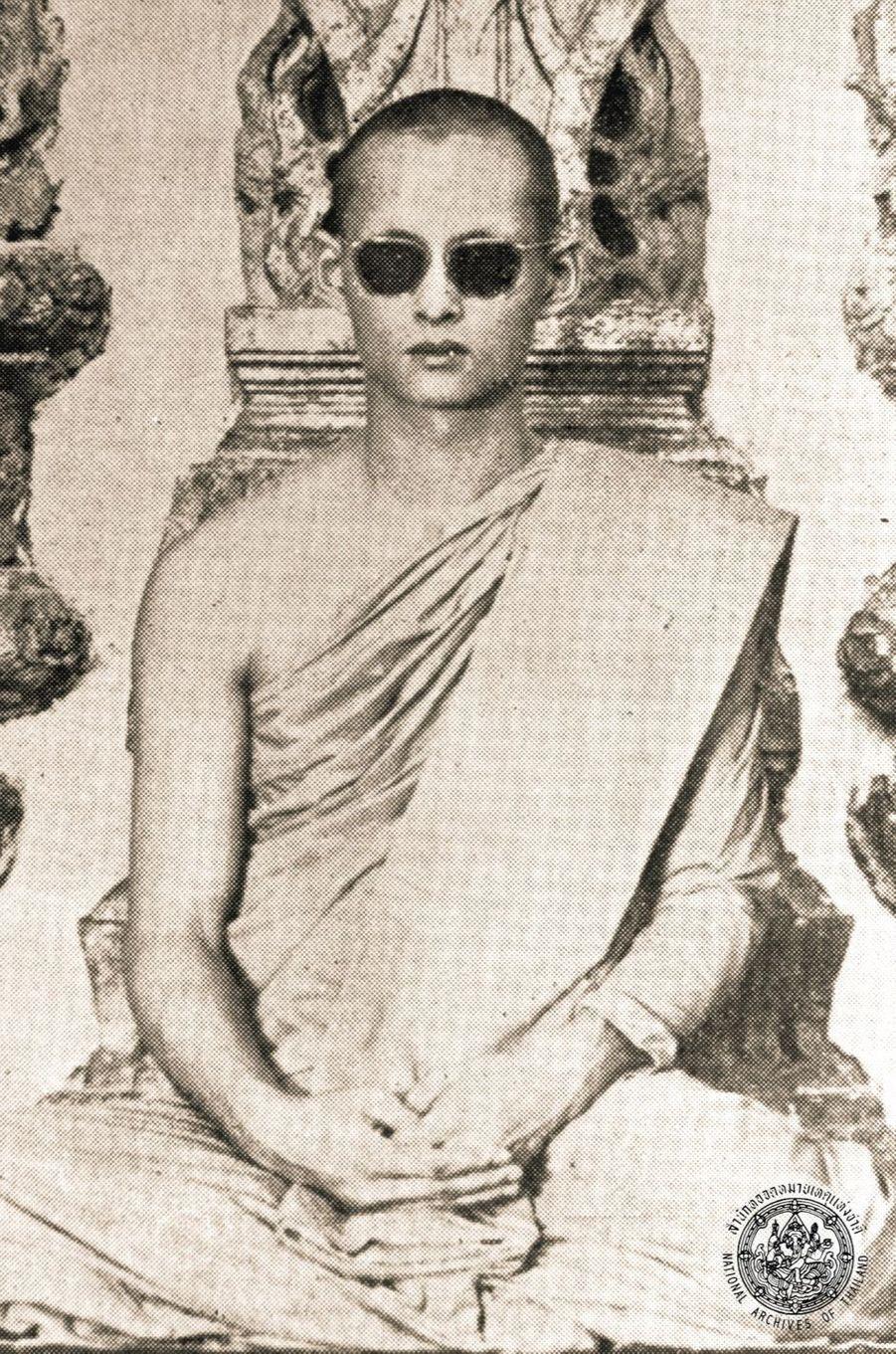 Le roi Bhumibol de Thaïlande en bonze.