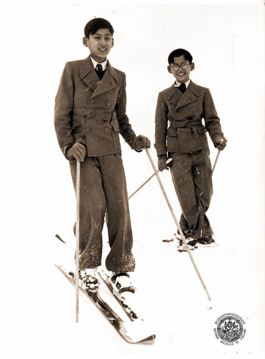 Le roi Bhumibol de Thaïlande avec son grand frère Ananda, en Suisse.