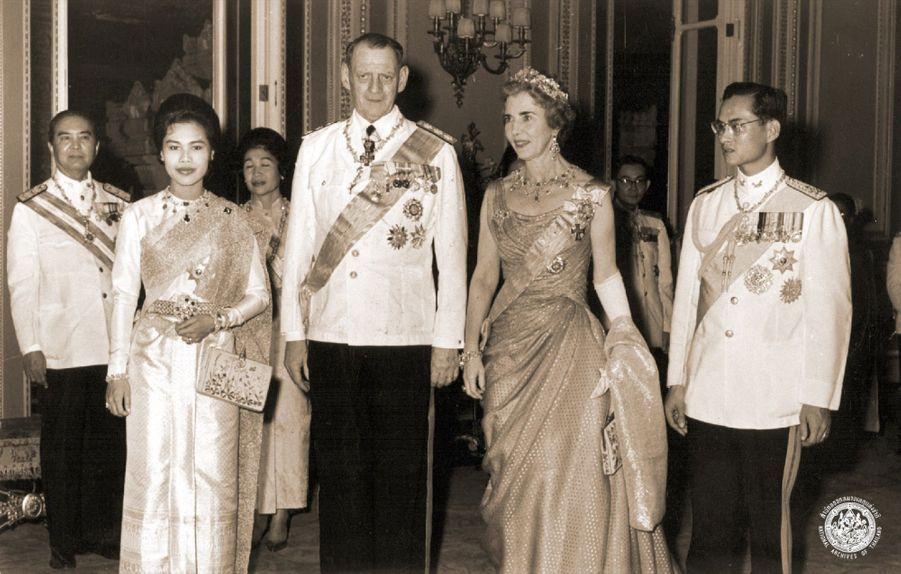 Le roi Bhumibol de Thaïlande avec son épouse la reine Sirikit, en compagnie du roi Frederik IX du Danemark et son épouse la reine Ingrid, à Chang Maï en 1962.