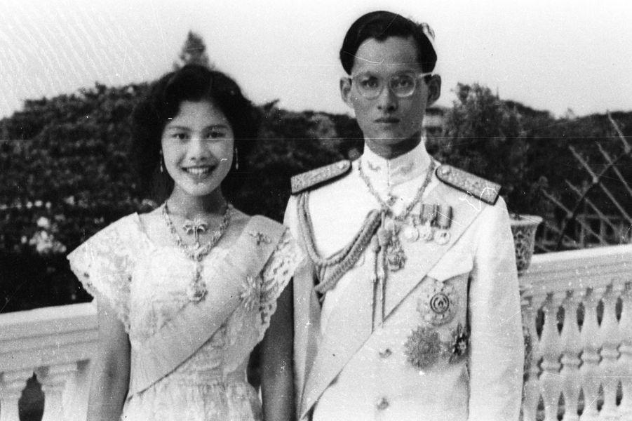 Le roi Bhumibol de Thaïlande avec son épouse la reine Sirikit, deux mois après leurs fiançailles, en septembre 1949.