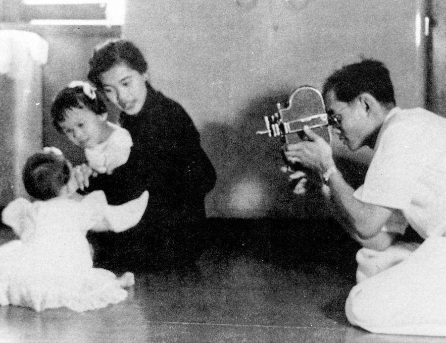 Le roi Bhumibol de Thaïlande en famille, en aout 1958.
