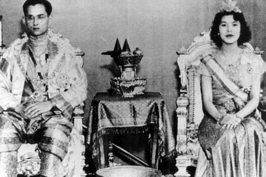Le roi Bhumibol de Thaïlande avec son épouse la reine Sirikit, lors de leur mariage, le 28 avril 1950.