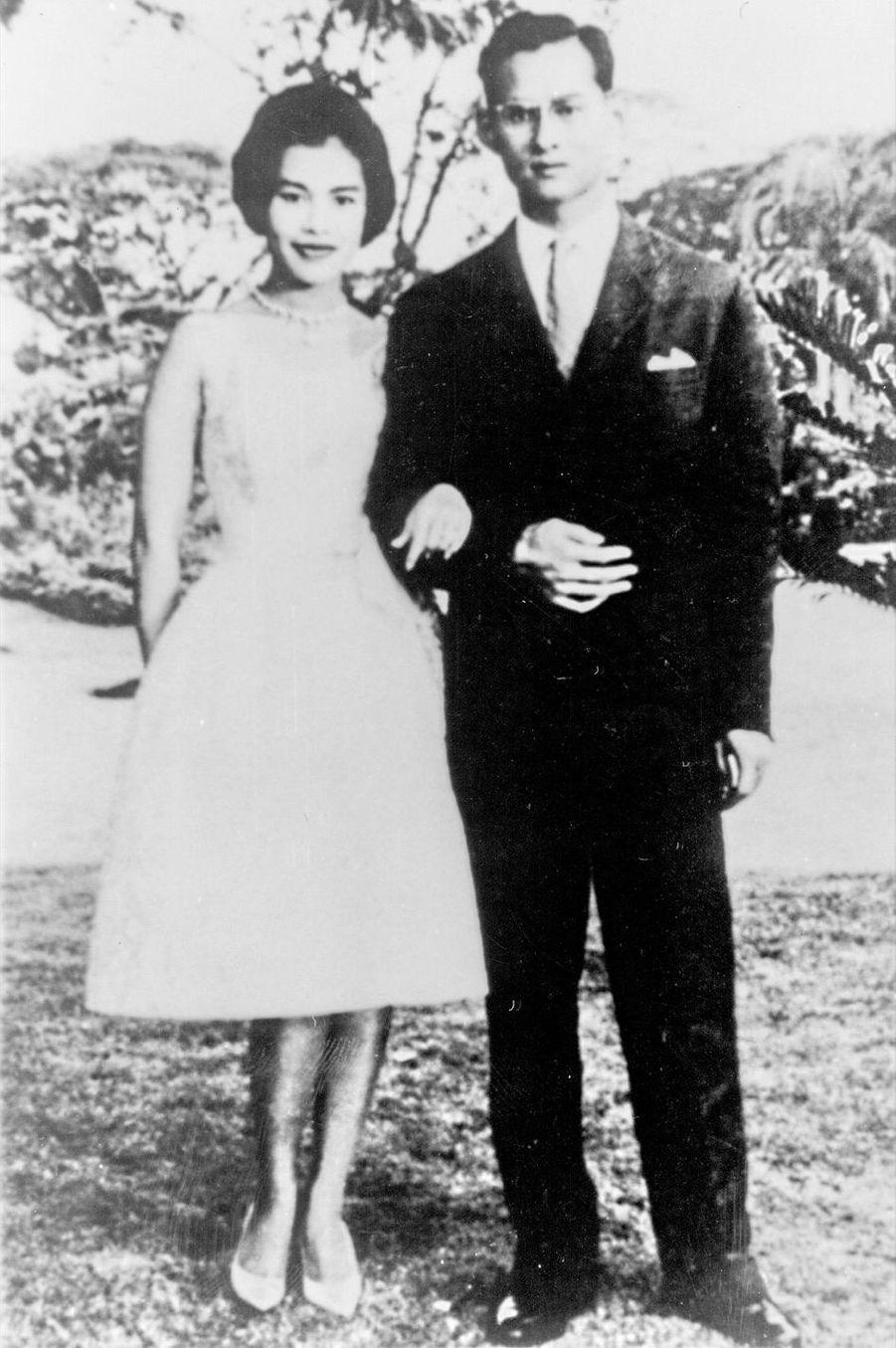 Le roi Bhumibol de Thaïlande avec son épouse la reine Sirikit, en mai 1950.
