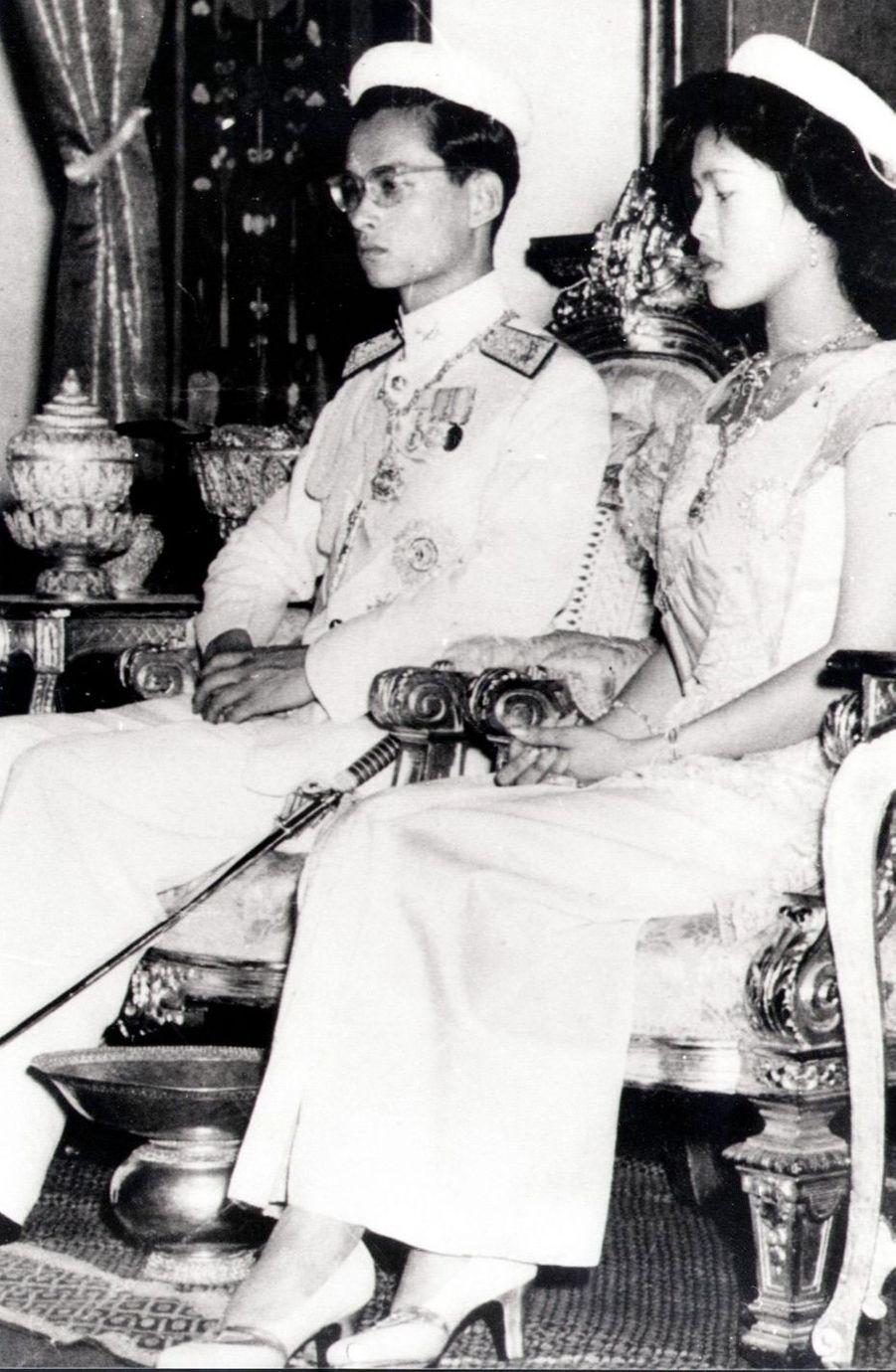 Le roi Bhumibol de Thaïlande avec son épouse la reine Sirikit, lors de la cérémonie de son couronnement, le 5 mai 1950