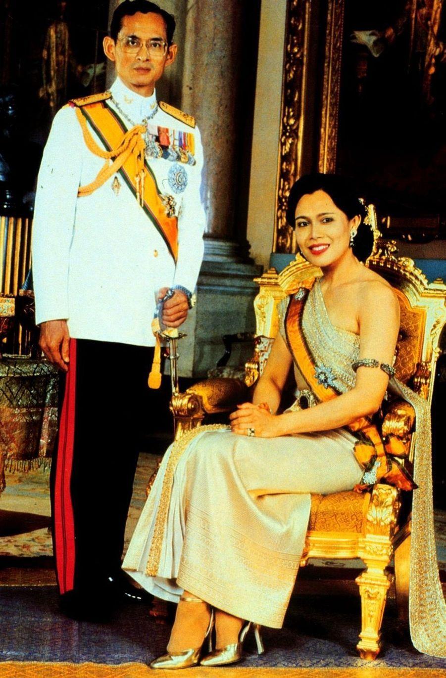 Le roi Bhumibol de Thaïlande avec son épouse la reine Sirikit, novembre 1996.
