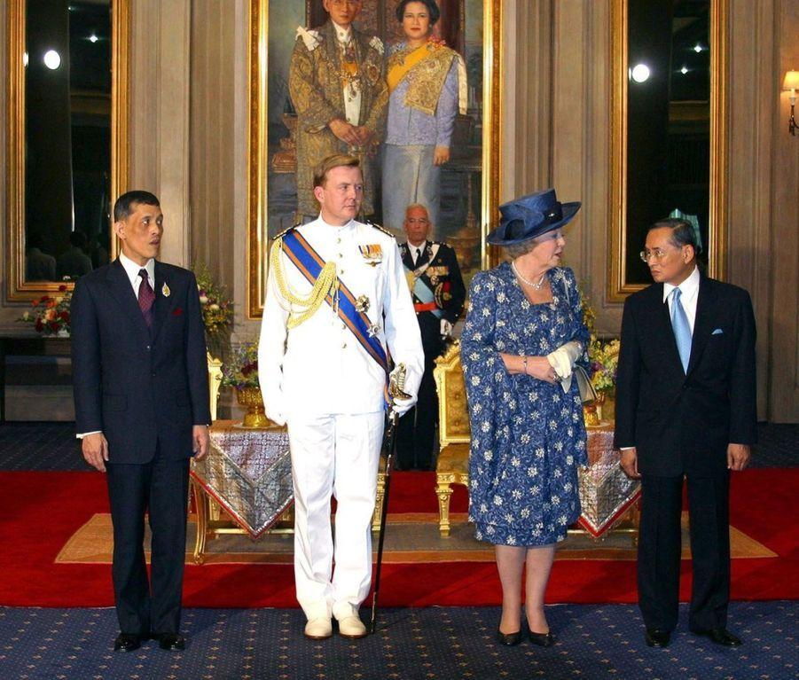 Le roi Bhumibol de Thaïlande avec son fils le prince Vajiralongkorn, lors de la visite du prince Willem-Alexander et de la reine Beatrix des Pays-Bas à Bangkok, en janvier 2004.