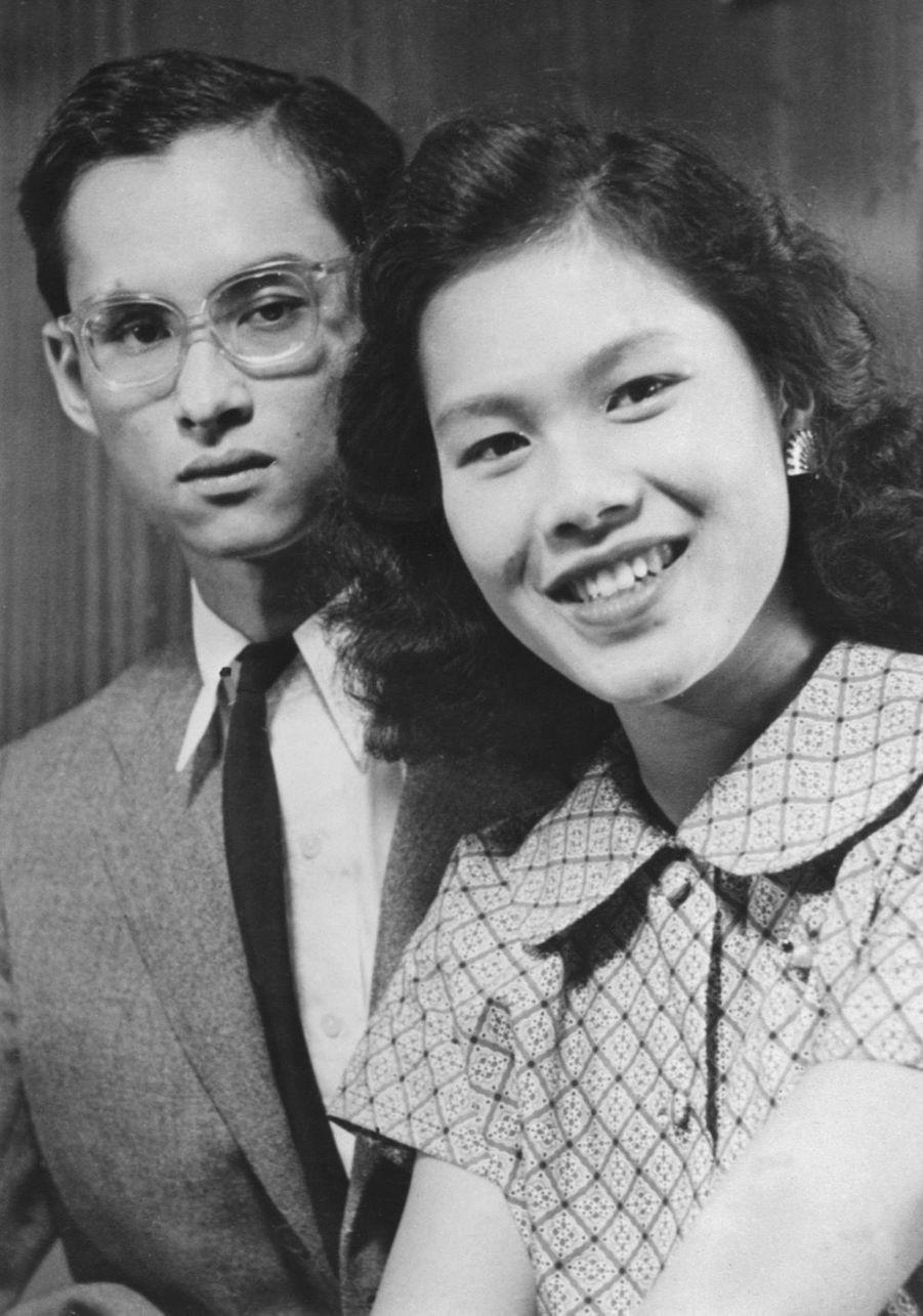 Le roi Bhumibol de Thaïlande avec son épouse la reine Sirikit, septembre 1949.