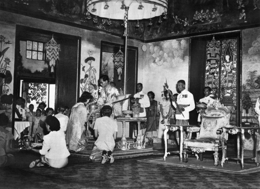 Le roi Bhumibol de Thaïlande avec son épouse lors de la cérémonie de son couronnement, le 5 mai 1950