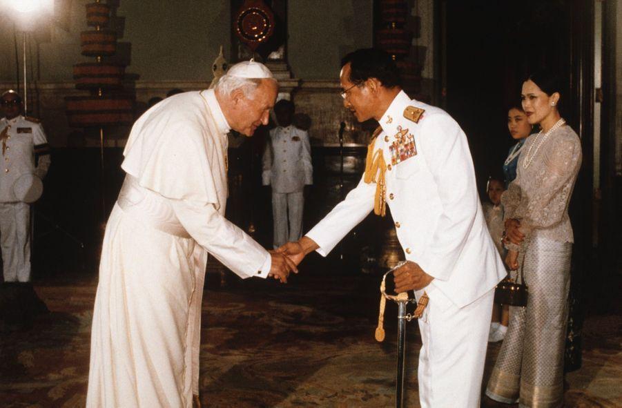Le roi Bhumibol de Thaïlande avec Jean-Paul II, à Bangkok en avril 1984.