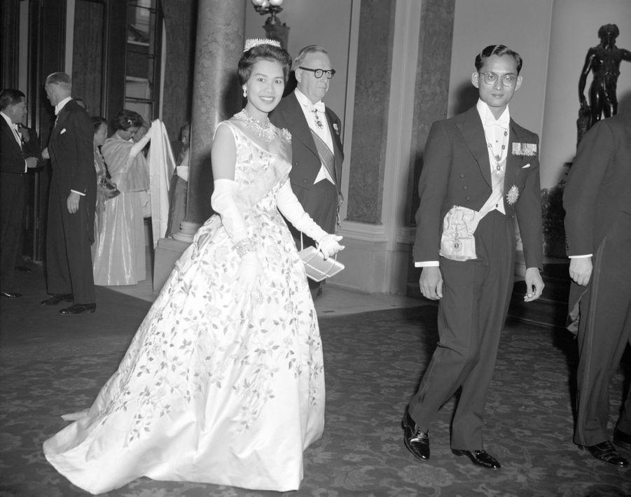 Le roi Bhumibol de Thaïlande avec son épouse la reine Sirikit, à Londres en juillet 1960.