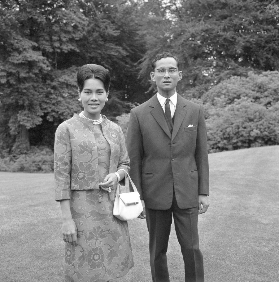 Le roi Bhumibol de Thaïlande avec son épouse la reine Sirikit, en Angleterre en juillet 1966