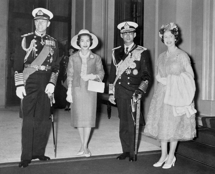 Le roi Bhumibol de Thaïlande avec son épouse la reine Sirikit, en compagnie de la reine Elizabeth II et du prince Philip, à Londres en juillet 1960.