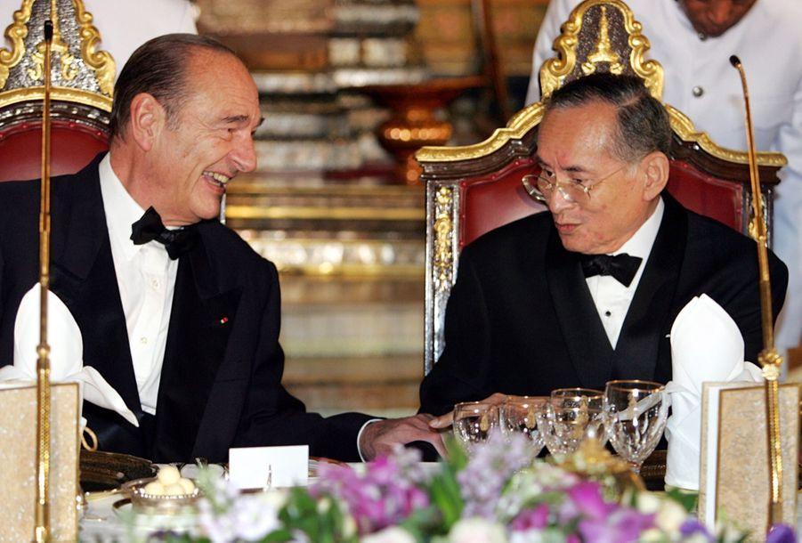 Le roi Bhumibol de Thaïlande avec le président français Jacques Chirac, à Bangkok en février 2006.