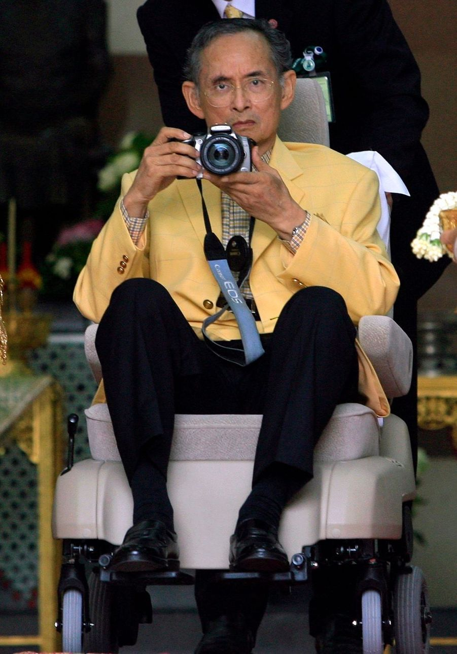 Bhumibol de Thaïlande, roi photographe en aout 2006 à Bangkok.