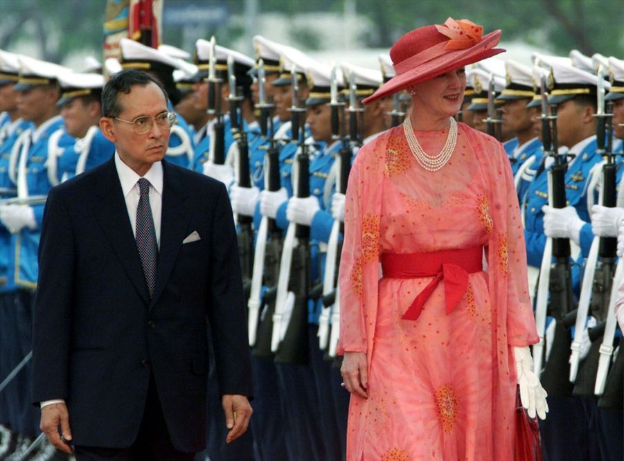 Le roi Bhumibol de Thaïlande avec la reine Margrethe II du Danemark, à Bangkok en février 2001.