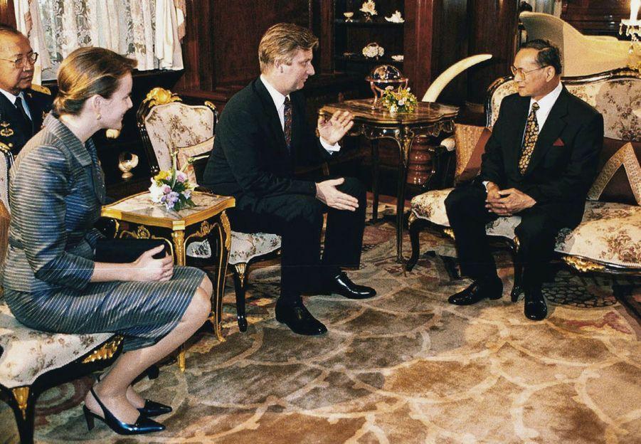 Le roi Bhumibol de Thaïlande avec Philippe et son épouse Mathilde, alors couple princier héritier du royaume de Belgique, en février 2001.