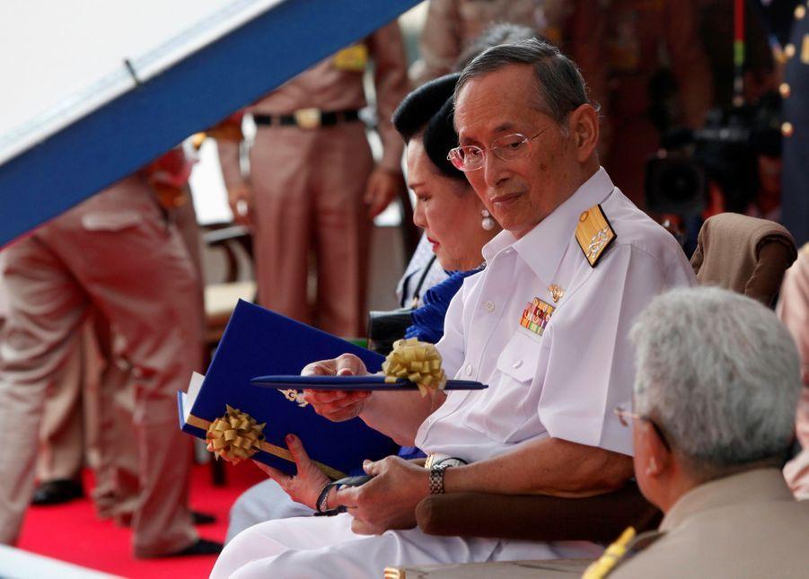 Le roi Bhumibol de Thaïlande avec son épouse la reine Sirikit, à Bangkok en juillet 2012.